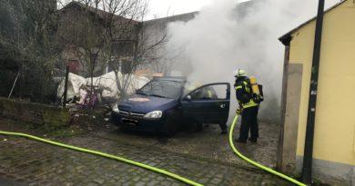 Lemgo: Opel steht in Flammen