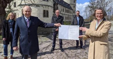Ministerin Ina Scharrenbach übergibt Förderbescheid